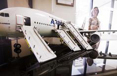 Airbus a annoncé lundi avoir reçu 980 commandes brutes d'appareils et 705 commandes nettes entre janvier et juillet 2014. L'avionneur européen a livré 352 appareils au cours de la période, dont 16 A380 et 60 A330. /Photo prise le 11 juillet 2014/REUTERS/Nancy Wiechec