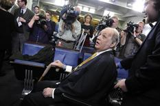 James Brady (centro), ex-secretário de imprensa da Presidência dos Estados Unidos sob a gestão de Ronald Reagan, participa de um evento na Casa Branca em março de 2011. 30/03/2011 REUTERS/Jonathan Ernst
