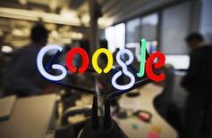 """Face aux nombreuses réactions d'internautes indignés, Google a retiré lundi soir de sa boutique en ligne """"Bomb Gaza"""", un jeu pour téléphones et tablettes consistant à """"larguer des bombes"""" sur la bande de Gaza en """"évitant de tuer les civils"""". /Photo d'archives/REUTERS/Mark Blinch"""