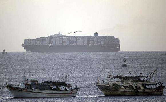 A Container ship crosses the Suez Canal at Port Said, northeast of Cairo February 1, 2013.  REUTERS/Amr Abdallah Dalsh/Files