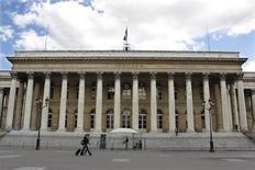 Les Bourses européennes sont en hausse à mi-séance, portées par des résultats jugés encourageants qui ont occulté la publication d'indicateurs sans relief. Vers 12h40, le CAC 40 prend 0,67% à Paris, le Dax gagne 0,6% à Francfort et le FTSE avance de 0,36% à Londres. /Photo d'archives/REUTERS/Charles Platiau