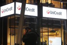 UniCredit, première banque italienne par les actifs, a dépassé les attentes au deuxième trimestre, son bénéfice net ayant atteint 403 millions d'euros (contre 332 millions attendus en moyenne) grâce à la contribution de ses activités en Europe centrale et orientale. /Photo prise le 11 mars 2014/REUTERS/Alessandro Garofalo