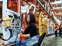 Empleados en la planta de ensamblaje de General Motors en Wentzville, EEUU, feb 7 2012. Las nuevas órdenes de bienes manufacturados en Estados Unidos subieron más de lo esperado en junio, gracias a un aumento de la demanda en términos generales, lo que apunta a un fortalecimiento de la actividad fabril. REUTERS/Sarah Conard
