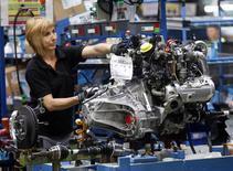 Una empleada en la línea de ensamblaje de Nissan en los alrededores de Barcelona, mayo 5 2014. La actividad empresarial en la zona euro se expandió en julio y anotó su segundo mejor ritmo en tres años, gracias a que la bonanza del sector servicios contrarrestó un mediocre desempeño del sector manufacturero, mostraron sondeos del martes. REUTERS/Albert Gea