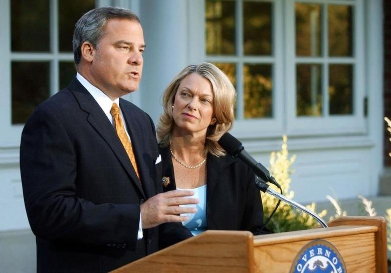 Three-term Republican Connecticut Governor John Rowland (L), with his wife Patty at his side, makes a televised address from the governor's residence in Hartford, Connecticut, June 21, 2004.  REUTERS/Bob Child/Pool  BS