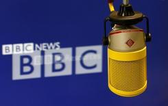 Микрофон Всемирной службы Би-би-си в лондонской редакции. Фотография сделана 12 июля 2012 года. Россия пригрозила ограничить доступ к сайту русской службы Би-би-си, отказавшейся удалить интервью с бросившим вызов Москве сибирским политическим активистом. REUTERS/Suzanne Plunket
