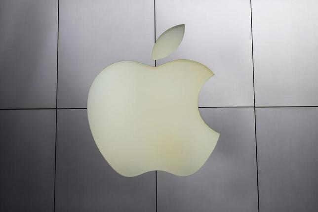 The Apple logo is pictured at its flagship retail store in San Francisco, California January 27, 2014. REUTERS/Robert Galbraith /Files