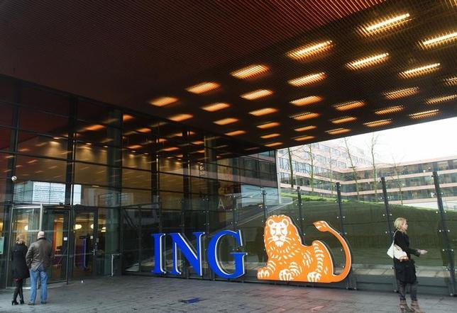 People stand near the logo of ING Group NV at a branch office in Amsterdam January 9, 2014.   REUTERS/Toussaint Kluiters/United Photos