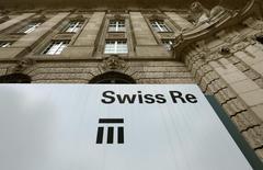Логотип  Swiss Re на штаб-квартире компании в Цюрихе 8 июля 2013 года. Прибыль Swiss Re, крупнейшего в мире перестраховщика, не достигла прогнозов во втором квартале, а глава компании предупредил, что ожидает дальнейшего снижения цен в страховой сфере. REUTERS/Arnd Wiegmann
