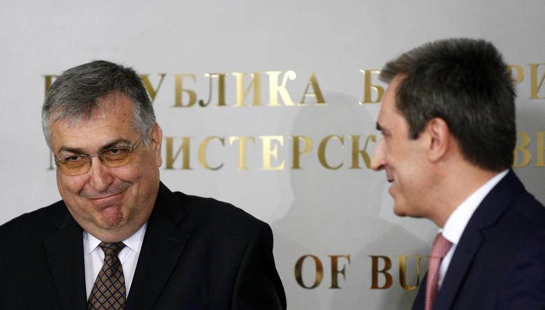 Bulgaria's interim Prime Minister Georgi Bliznashki (L) smiles next to outgoing Prime Minister Plamen Oresharski during a ceremony in Sofia August 6, 2014.  REUTERS/Stoyan Nenov