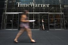 Time Warner a dégagé un bénéfice courant supérieur aux attentes au deuxième trimestre, mais le titre du groupe de médias américain chutait de près de 11% dans des échanges d'avant-Bourse après la décision de Twenty-First Century Fox de renoncer à son offre de fusion. /Photo prise le 16 juillet 2014/REUTERS/Adrees Latif