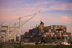Le déficit commercial des Etats-Unis s'est resserré davantage que prévu en juin, à la faveur d'un creux de trois ans et demi touché par les importations de pétrole, des données qui suggèrent que l'impact du commerce international sur la croissance sera peut-être moins négatif que ce qui avait été initialement anticipé. /Photo d'archives/REUTERS/Beck Diefenbach