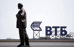 Логотип банка ВТБ и памятник Ленину в центре Ставрополя 17 июля 2014 года. Канада объявила в среду о расширении санкционного списка в отношении российских граждан и компаний, среди которых оказался второй крупнейший банк РФ - ВТБ. REUTERS/Eduard Korniyenko