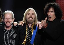 Tom Petty (C), Benmont Tench (L) and Ron Blair of the band 'Tom Petty and the Heartbreakers' prepare to take a bow after their performance at halftime of the NFL's Super Bowl XLII football game between the New England Patriots and the New York Giants in Glendale, Arizona February 3, 2008.     REUTERS/Lucy Nicholson