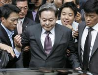 Former Samsung Group Chairman Lee Kun-hee (C) leaves after his trial at a Seoul court in this file photo taken October 10, 2008. REUTERS/Jo Yong-Hak/Files
