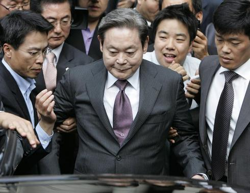 Samsung Electronics Chairman Lee Kun-hee (C) leaves after his trial at a Seoul court in this file photo taken October 10, 2008. REUTERS/Jo Yong-Hak/Files
