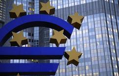 Una escultura con la forma del euro en la sede del Banco Central Europeo en Fráncfort, nov 5 2013. El Banco Central Europeo mantuvo el jueves sin cambios las tasas de interés mientras se prepara para lanzar una nueva ronda de financiamiento para bancos el mes próximo, que espera que acelere la inflación desde los actuales niveles mínimos.   REUTERS/Kai Pfaffenbach