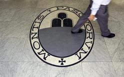 La banque Monte Paschi di Siena annonce jeudi une perte plus élevée qu'attendu au deuxième trimestre en raison notamment de la hausse des charges liées aux mauvaises créances. /Photo d'archives/REUTERS/Alessandro Bianchi