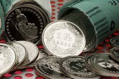 Монеты в 1 швейцарский франк в Цюрихе 10 августа 2011 года. Инвесторы ищут спасения в традиционно безопасных иене и швейцарском франке в пятницу, после того как президент США Барак Обама одобрил нанесение удара по боевикам в Ираке. REUTERS/Arnd Wiegmann