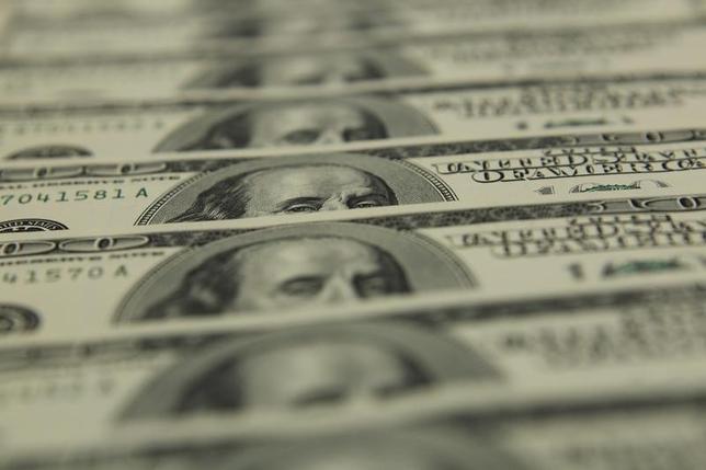 8月8日、高利回りジャンク債ファンドからの資金流出が過去最大となったことが明らかになった。写真はドル紙幣。ブダペストで2011年11月撮影(2014年 ロイター/Laszlo Balogh)