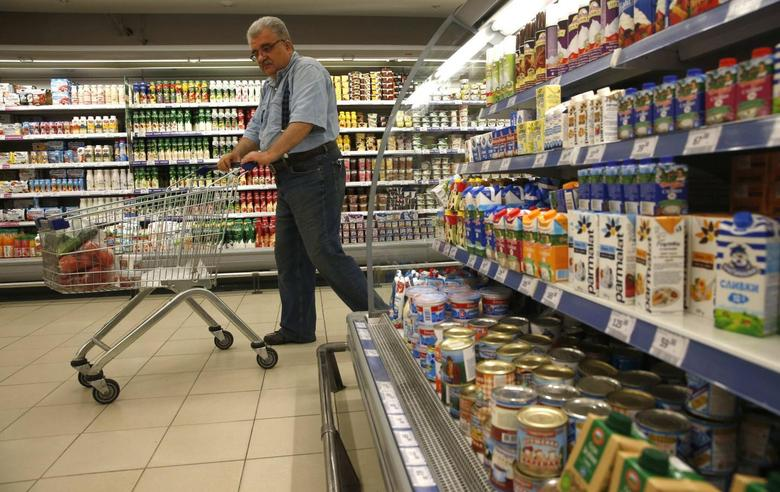 A customer shops at a grocery store in Moscow August 7, 2014.REUTERS/Maxim Zmeyev
