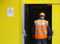 """Le groupe britannique de BTP Balfour Beatty a décidé de rejeter une deuxième proposition de son concurrent Carillion en vue d'une fusion, en mettant en avant les """"risques considérables"""" qu'entraînerait un tel accord pour ses activités. /Photo prise le 10 août 2014/REUTERS/Luke MacGregor"""