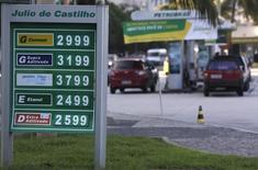 Diversos precios de combustibles en una gasolinera de Petrobras en Río de Janeiro, nov 29 2013. La estatal brasileña Petrobras reafirmó su pronóstico de un incremento del 7,5 por ciento en la producción de petróleo en el 2014, dijo el lunes el jefe de exploración y producción de la compañía, José Formigli. REUTERS/Ricardo Moraes