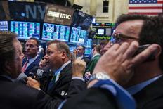 Unos operadores poco después de la apertura del mercado bursátil en Wall Street, ago 11 2014. Las acciones subían el lunes en la bolsa de Nueva York, extendiendo el fuerte repunte registrado el viernes, ante las menores preocupaciones por la política monetaria de la Reserva Federal y por el conflicto entre Rusia y Ucrania.  REUTERS/Lucas Jackson