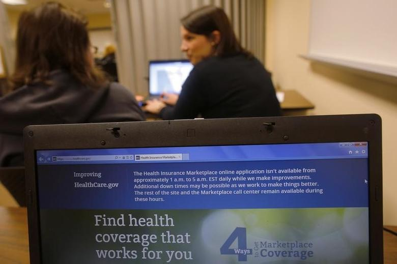 Liz Carlson (L), a self-employed student, gets help from navigator Eireann Aspell at a health care enrolment fair co-sponsored by Planned Parenthood of Northern New England and the State Employees Association at Great Bay Community College in Portsmouth, New Hampshire November 9, 2013. REUTERS/Brian Snyder