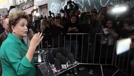 Presidente Dilma Rousseff, candidata à reeleição pelo PT, fala com jornalistas durante evento de campanha em Osasco. 09/08/2014. REUTERS/Paulo Whitaker