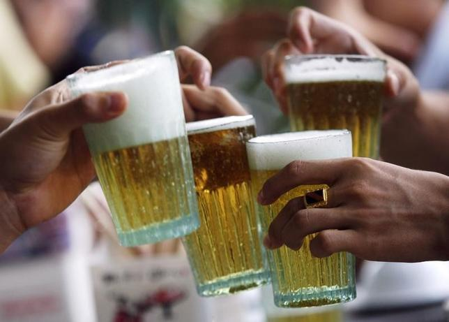 Men drink beer at a restaurant in Hanoi in this July 20, 2009 file photo.   REUTERS/Kham/Files