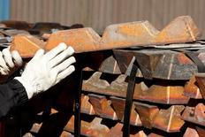Un trabajador revisa lingotes de cobre para exportación en el puerto de Ventanas, Chile, abr 16 2012. El precio del cobre bajó el martes hasta cerca de mínimos de seis semanas debido a que una mejoría en los suministros y renovadas tensiones entre Ucrania y Rusia se sumaron a un periodo de calma en el verano boreal para reducir el apetito de inversores por activos de riesgo. REUTERS/Eliseo Fernandez