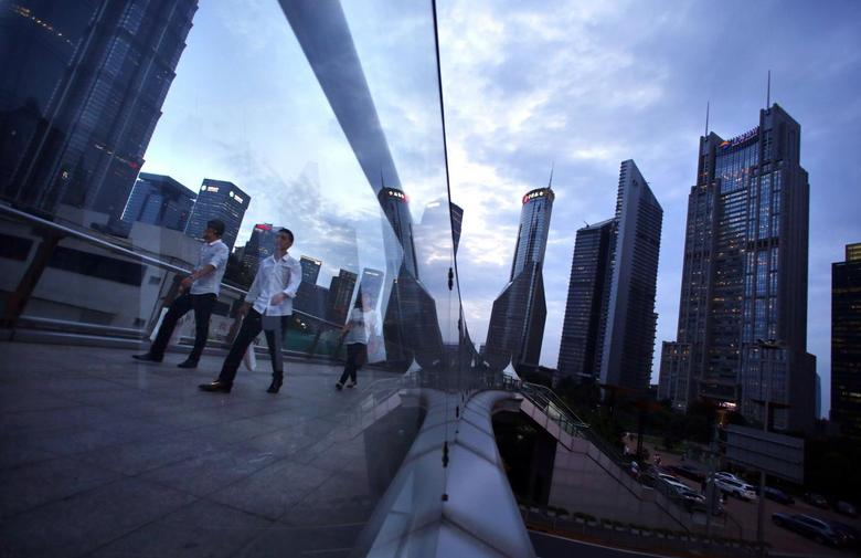 People cross a bridge at Pudong financial district in Shanghai August 11, 2014.   REUTERS/Carlos Barria