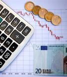 Le gouvernemena réduit de moitié sa prévision de croissance jeudi,  de l'ordre de 0,5%, et reconnu qu'il raterait son objectif de baisse du déficit public cette année, en appelant les Européens à ralentir le rythme de redressement des comptes publics. /Photo d'archives/REUTERS/Dado Ruvic