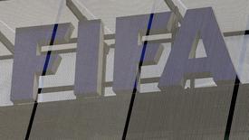 Логотип ФИФА на штаб-квартире организации в Цюрихе 3 октября 2013 года. Сборная России по футболe осталась на 23-м месте в рейтинге сильнейших сборных мира по версии ФИФА, о чем свидетельствует информация на сайте организации. REUTERS/Arnd Wiegmann