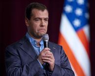Дмитрий Медведев выступает в Стэнфордском университете в Пало-Альто 23 июня 2010 года. Российское правительство сообщило в четверг о взломе микроблога премьер-министра Дмитрия Медведева в социальной сети Twitter, где появились записи о его отставке. REUTERS/Kim White
