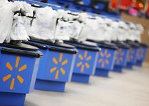 Wal-Mart Stores réduit son objectif de bénéfice annuel tiré des opérations poursuivies. Le premier distributeur mondial évoque une hausse des coûts d'assurance maladie du personnel et des investissements dans ses activités en ligne. /Photo d'archives/REUTERS/John Gress
