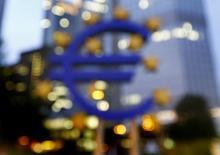Символ евро у здания ЕЦБ во Франкфурте-на-Майне 2 сентября 2013 года. Рост экономики еврозоны остановился во втором квартале 2014 года, истощенный сокращением ВВП Германии и стагнацией Франции. REUTERS/Kai Pfaffenbach