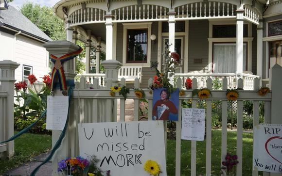 An impromptu memorial is set up outside the house used in actor Robin Williams breakout hit TV series ''Mork and Mindy'' in Boulder, Colorado August 13, 2014. REUTERS/Rick Wilking