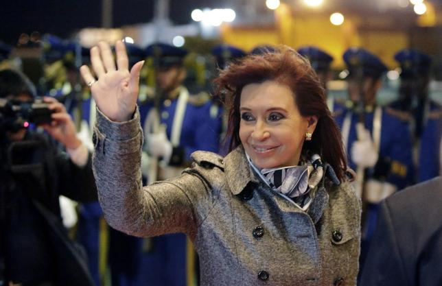 Argentina's President Cristina Fernandez de Kirchner gestures after arriving at the Silvio Pettirossi airport in Luque, near Asuncion August 12, 2014.  REUTERS/Jorge Adorno