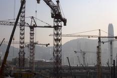 Appartements en construction à Hong Kong. L'économie de l'ancienne colonie britannique s'est contractée (-0,1%) sur le deuxième trimestre, sous le coup d'une baisse des dépenses des consommateurs, ce qui a conduit le gouvernement de la région administrative chinoise à abaisser sa prévision de croissance pour l'ensemble de 2014. /Photo d'archives/REUTERS/Tyrone Siu