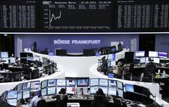 Les Bourses européennes amplifient leurs gains à la mi-journée, soutenues notamment par l'annonce d'une scission des activités de BHP Billiton. À Paris, le CAC 40 prend 0,91% à 4.243,80 points vers 11h00 GMT. Francfort s'adjuge 1,0% et Londres gagne 0,63%. L'indice EuroStoxx 50 s'inscrit en hausse de 0,92%. /Photo prise le 15 août 2014/REUTERS/Remote