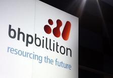 En la imagen, un cartel promocional de BHP Billiton en un escenario en Sídney. La minera diversificada BHP Billiton expresó el viernes su intención de escindir sus activos de aluminio, manganeso y níquel, preparando el escenario para la formación de una empresa independiente que según un reporte podría alcanzar los 14.000 millones de dólares. Sídney, 20 agosto de 2013. REUTERS/David Gray