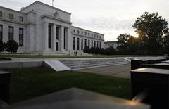 Imagen de archivo del edificio de la Reserva Federal de Estados Unidos en Washington, jul 31 2013. Economistas subieron sus pronósticos para el crecimiento de Estados Unidos en el tercer trimestre, pero recortaron sus previsiones para todo el 2014, pese a que para ambos períodos anticiparon mejores perspectivas para el empleo. REUTERS/Jonathan Ernst