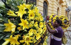 Uma apoiadora do candidato à Presidência Eduardo Campos, morto em acidente de avião na quarta-feira, visita local em frente ao palácio do governo de Pernambuco onde corpo do político será velado. Recife, 16 de agosto de 2014. REUTERS/Paulo Whitaker