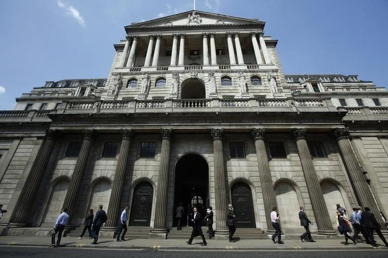 Pedestrians walk past the Bank of England in the City of London May 15, 2014.REUTERS/Luke MacGregor