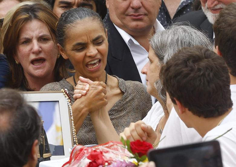 Brazilian politician Marina Silva (C), former minister of the environment under the government of Luiz Inacio Lula da Silva, grabs the hand of Renata de Andrade Lima, widow of late presidential candidate Eduardo Campos, during the wake at the Pernambuco Government Palace in Recife, August 17, 2014.    REUTERS/Ricardo Moraes