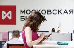 Помещение Московской биржи 3 июня 2014 года. Российский индекс ММВБ притормозил в понедельник рост после 5-процентного повышения за минувшую неделю. REUTERS/Sergei Karpukhin