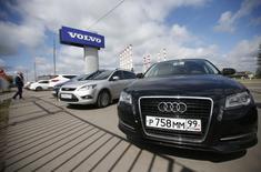 Carros produzidos por montadoras estrangeiras estacionados em loja nos arredores  de Moscou. 18/08/2014 REUTERS/Maxim Zmeyev
