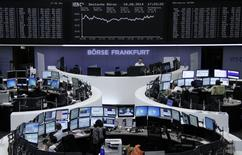 """Les Bourses européennes ont fini en hausse lundi alors que le ministère russe des Affaires étrangères a fait état de """"progrès"""" lors d'une réunion avec des responsables ukrainiens à Berlin et qu'en Irak les forces kurdes et irakiennes ont repris le barrage de Mossoul aux combattants djihadistes d'Etat islamique. Le CAC 40 a gagné 1,35% à 4.230,65 points,  Londres 0,78%, Francfort 1,68%, Milan 0,82% et Madrid 1,28%. /Photo prise le 18 août 2014/REUTERS/Remote"""